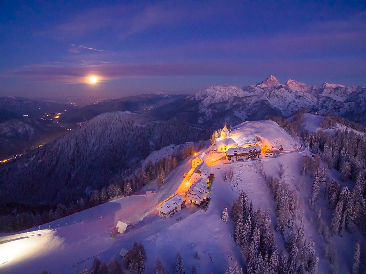 Lussari visto da nord-ovest - vespero e alba di Luna