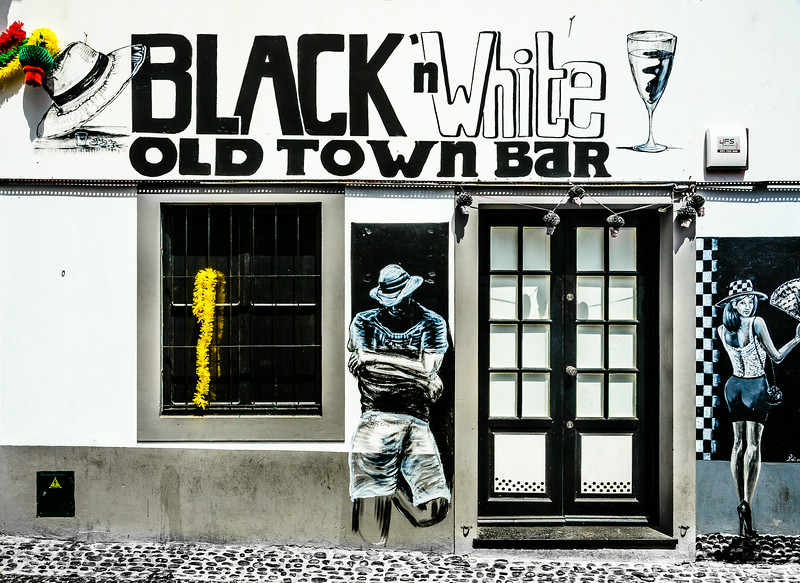 Black'n White Old Town Bar