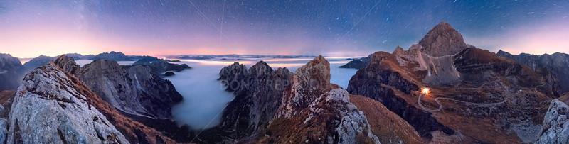 Notte stellata, mare di nubi sopra le luci delle città dalle Cime Verdi - foto n° 251007-900148