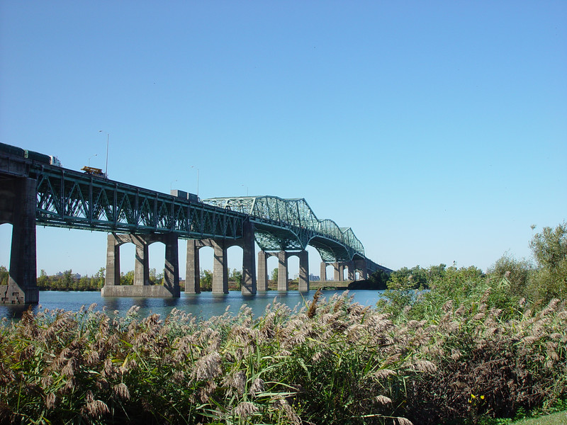 Champlain Bridge connecting Montreal to the south shore. Le Pont Champlain reliant  Montreal a la rive sud.