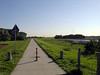 Dijk langs de Waal in het Munnikenland. Meestal lopen hier schapen en ziet het er niet zo mooi schoon uit.