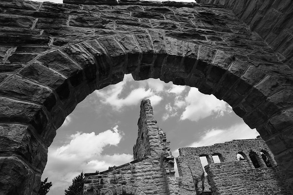 Arch on the western side of the castle ruins in Ha Ha Tonka state park