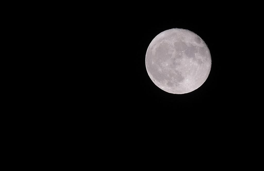 Moon 04.12.2017. Fuji 50-140 + 1,4x TC. Cropped.