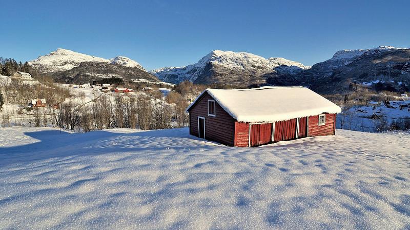 Fra Holdhus med vakre fjell i Hålandsdalen i bakgrunnen<br /> <br /> Winter photo from Hålandsdalen