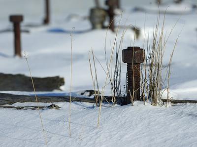 Old rust screw and nut in wood structure on a cold winther day / Boulon et vis rouillée dans une structure par une journée d'hiver