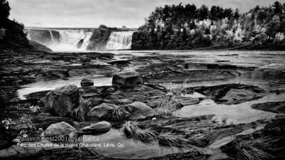 Levis, Qc, Canada; autumn waterfall on Chaudiere river near Quebec / Chute de la rivière Chaudière en automne près de Québec
