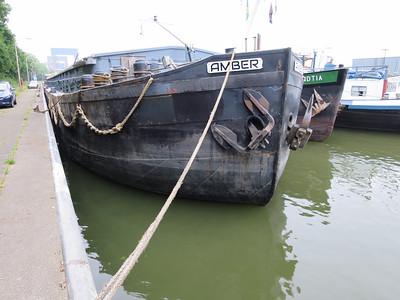 Binnenvaart vrachtschip Amber ENI 06002456 1622T bij sluis Weurt. Het bouwjaar is 1924 en het schip is gemaakt door bouwwerf A. Vuijk & Zn., Capelle a/d IJssel. Een schip van Nederlandse makelij.