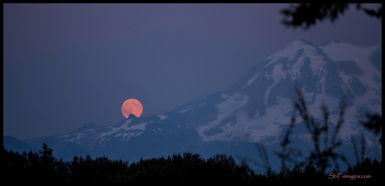 Super moon over Mt. Rainier August 10, 2014
