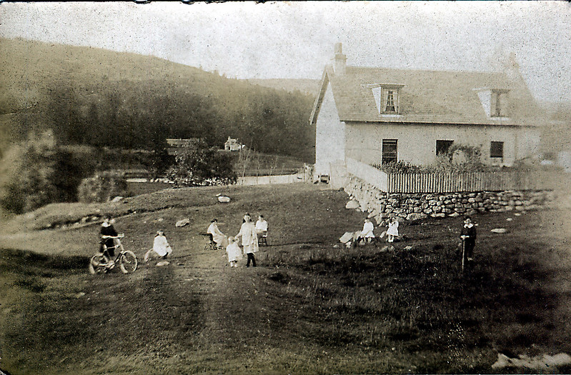 Finnart Kennels pre WW1: Kate Cameron in chair to left of toddler.