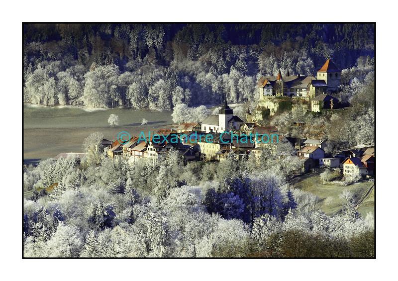 """Décembre 2007, la """"ville"""" de Rue et son château, dans le canton de Fribourg."""