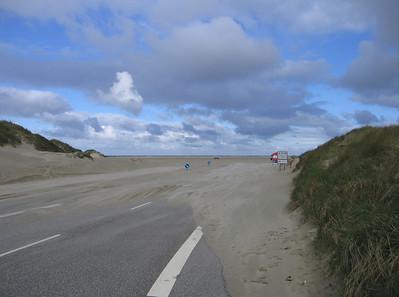 Vierbaans weg naar het strand