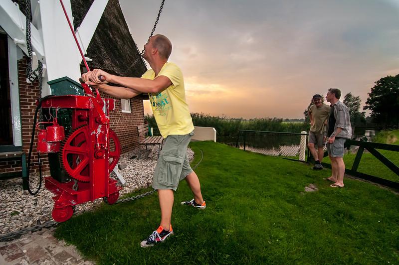 Mark zet de molen uit de wind onder toeziend oog van molenaar Henk (Molen de Eendracht te Sebaldeburen).
