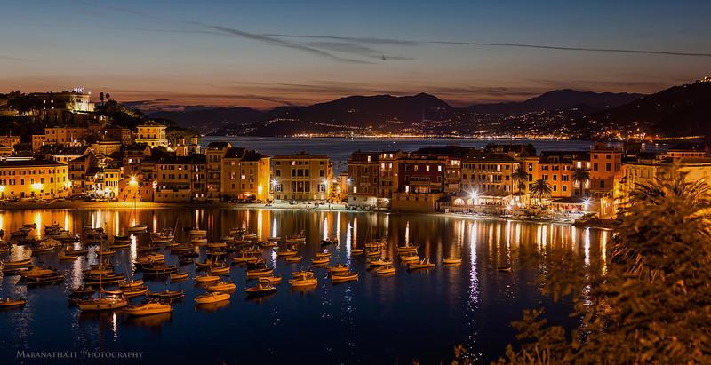 18/08/2013 – 21:18 La Baia di Levante e l'istmo della Penisola. Sestri Levante, Liguria, Italy