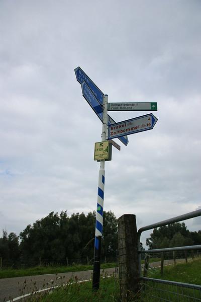 Op weg naar Loevestein, Schouwendijk <br /> Op weg naar Slot Loevestein, op de Schouwendijk in het Munnikenland