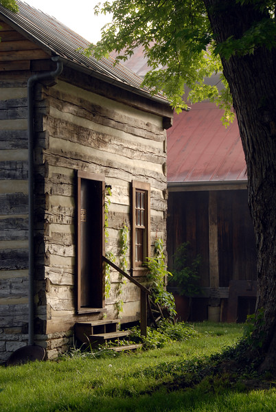 This cabin is located in Rabbit Hash, Kentucky, (USA) a small river hamlet which embraces Kentucky heritage and tradition.