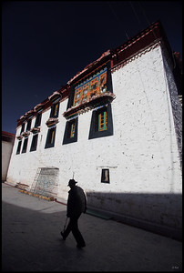Old Man Walking by the Jokhang temple (大昭寺)