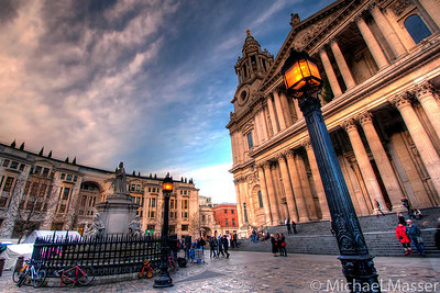 St-Pauls-Cathedral-and-the-lamp-HDR