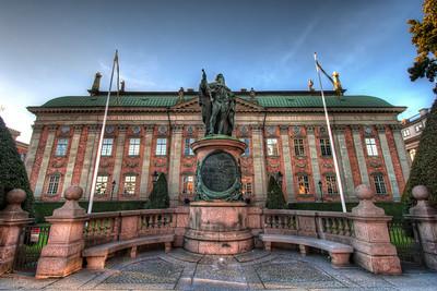 Statue-of-Gustavo-Erici-King-Gustav-I-and-Riddarhuset-House-of-Nobility-in-Stockholm-Sweden-HDR
