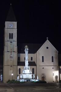 Bazilika - előtte a Szentháromság szobor