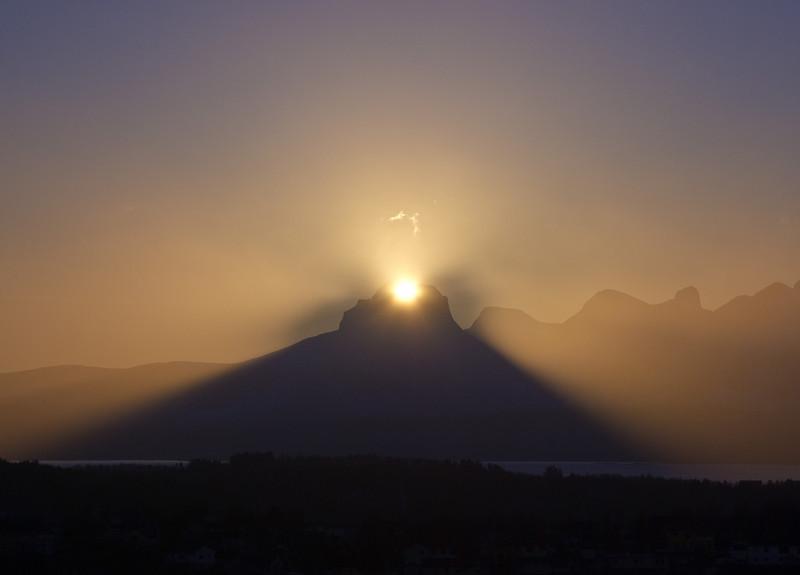 Sunrise behind Børvasstindan I