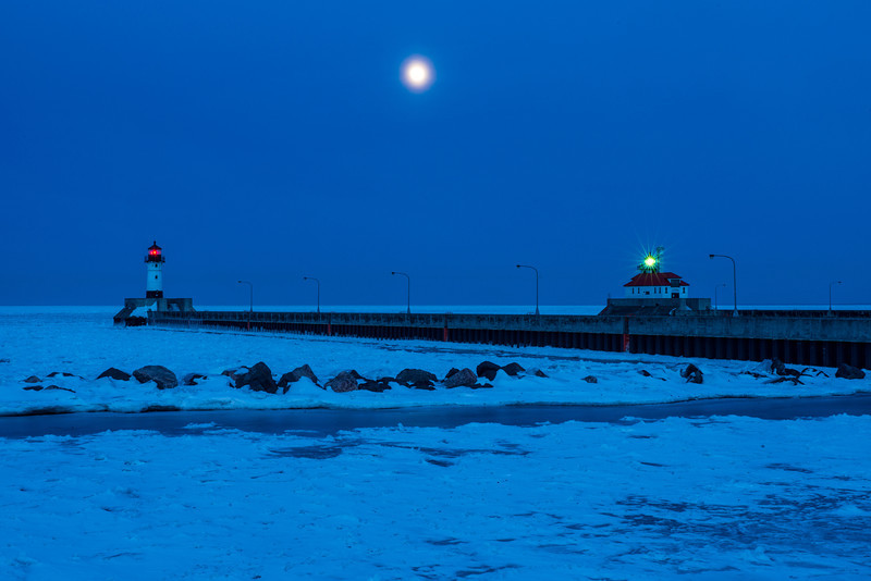 MNWN-13-65: Winter full moon at Canal Park