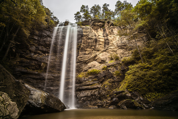 Toccoa falls drops majestically over 180 feet to a calm pool below.