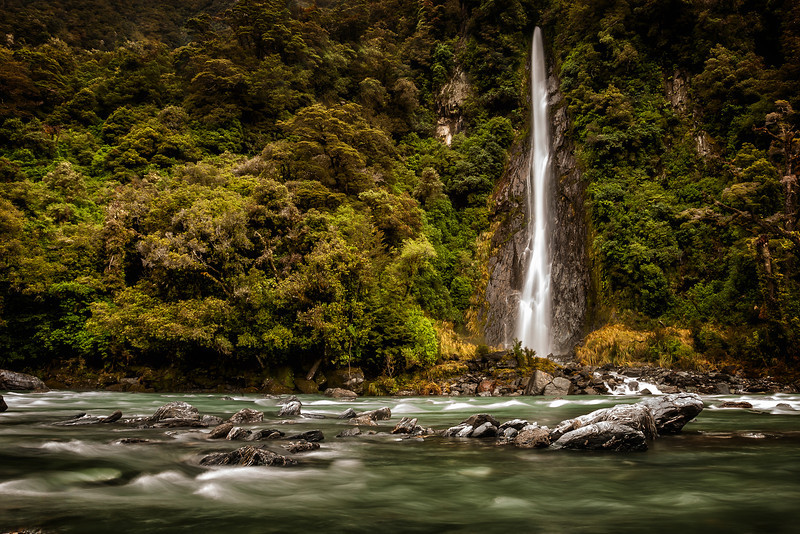 Thunder Creek Falls.This waterfall is in lush rain forest situated in the Haast Pass halfway between the lush West Coast and the bone dry Central Otago. In fact 20 minutes drive to the south you enter a completely different landscape. It really is chalk and cheese.