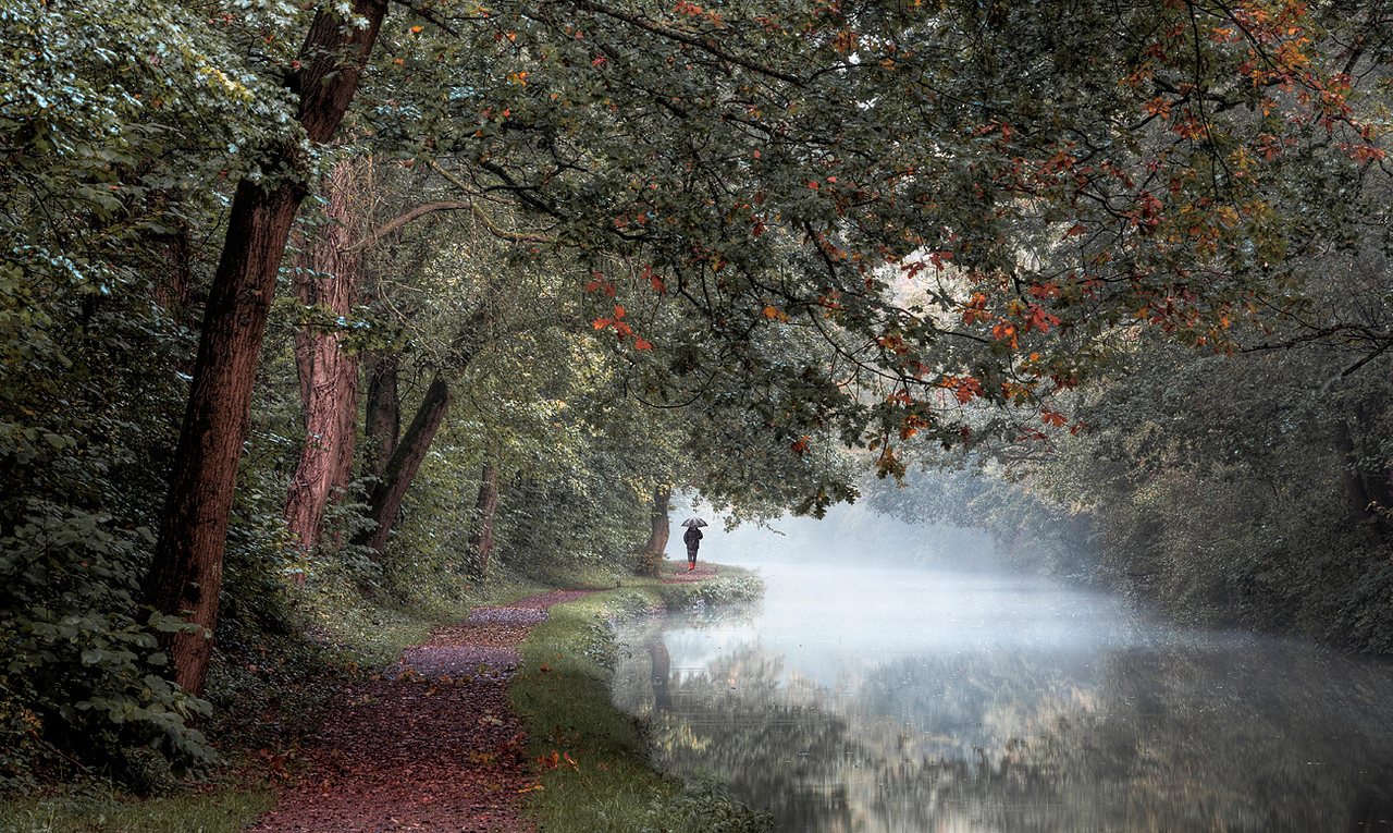 Autumn stroll along the canal