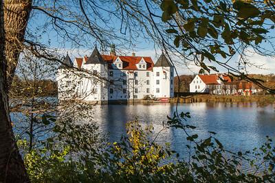 Glücksburg Slot bliver lige skæmmet af et rødt reklameskilt