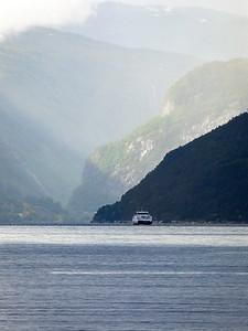 Fjordlandskap med ferje Kinsarvik, Hardanger 21.7.2020 Canon 5D Mark IV + EF100-400mm f/4.5-5.6L IS II USM @ 400 mm
