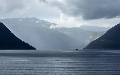 Fjordlandskap Kinsarvik Kinsarvik, Hardanger 21.7.2020 Canon 5D Mark IV + EF100-400mm f/4.5-5.6L IS II USM @ 100 mm