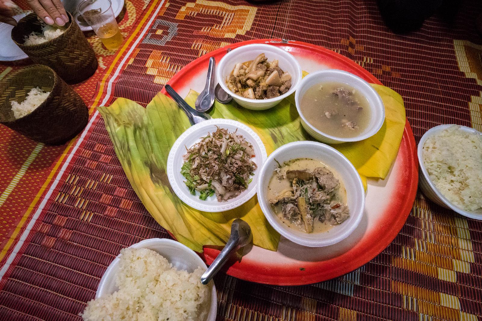 昆仑人的传统美食,在托盘上送达