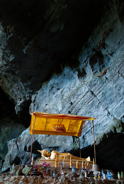 Bronze reclining Buddha in Tham Phu Kham cave, Vang Vieng area, Laos.