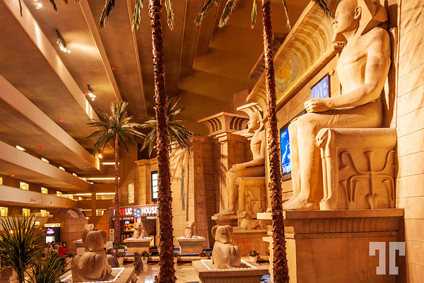 Luxor-hotel-loby-statues