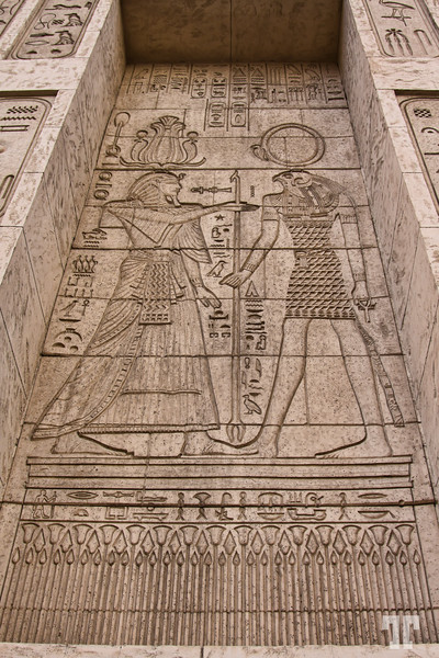 luxor-hotel-xterior-egyptian-artifacts-3