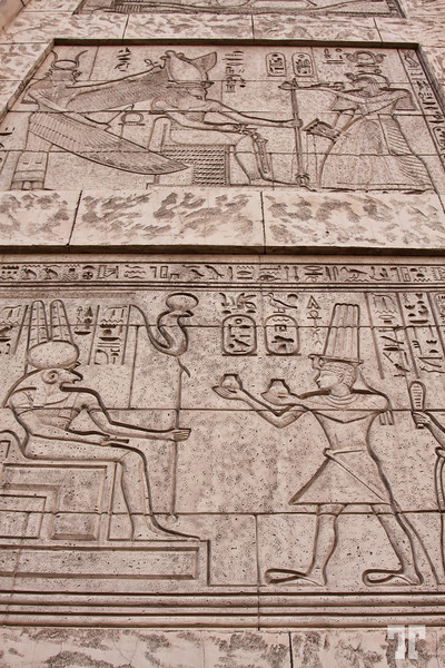 luxor-hotel-xterior-egyptian-artifacts