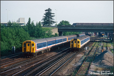 The 1717 Littlehampton/1620 Southampton-London Victoria service formed of 422/3 (4-BIG),421/4 (4-CIG), 421/3 (4-CIG) 2260+1865+1709 overtakes class 421/3 (4-CIG) 1705 forming the 1738 Littlehampton-London Victoria just outside Gatwick Airport on 26/05/1992. The Southampton portion having run via Cosham, Havant & Chichester to Worthing where it attached to the Littlehampton portion. Due to being around 15 minutes late the 1717 departure from Littlehampton is overtaking the later 1738 departure as it has run along the South Coast to Hove before heading north via Haywards Heath & Three Bridges whereas the 1738, although an all stations stopper, ran directly north via Horsham & Three Bridges.