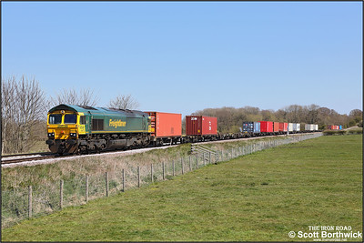 66572 passes Rearsby whilst working 4M81 0801 Felixstowe North-Crewe Basford Hall SSN on 19/04/2021.