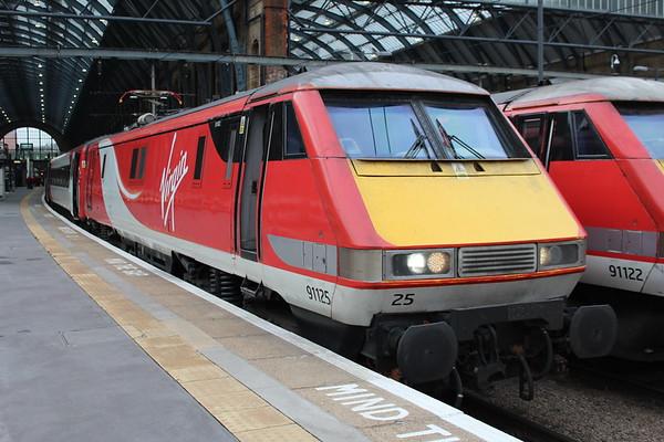 91125 at London Kings Coss on 1S09 0900 to Edinburgh Waverley. 16.11.17