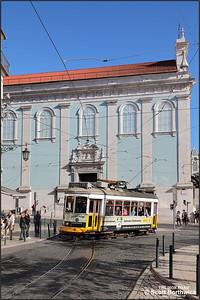 566 enters Praça Luís de Camões with a No.28 service to Prazeres on 13/11/2017.