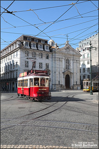 5 passes Corpo Santo with a Hills Tramcar tour passing 542 on 17/11/2017.