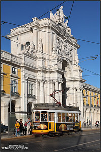 559 calls at Praça do Comércio with a No.25 service to Prazeres on 13/11/2017.