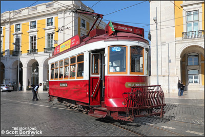 The driver of No.8 resets the points after taking the loop line at the Praça do Comércio whilst working a Hills Tramcar Tour on 17/11/2017.