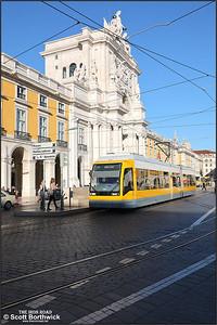 510 calls at Praça do Comércio with a No.15 service to Belem on 13/11/2017.