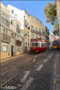 7 works a Hills Tramcar Tour down the Calçada de São Vicente as 557 heads uphill working a No.28 service on the on 14/11/2017.