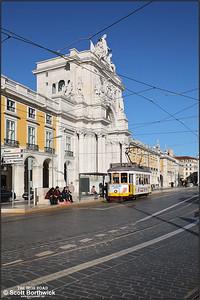 564 calls at Praça do Comércio with a No.25 service to Prazeres on 13/11/2017.