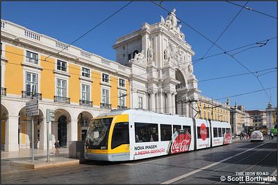 502 calls at Praça do Comércio with a No.15 service to Belem on 17/11/2017.
