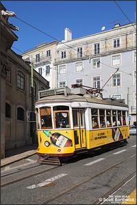 550 works a No.28 service to Estrela downhill along the Largo da Sé on 17/11/2017.