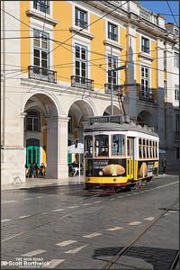 555 enters the Praça do Comércio from the Rua da Alfândega with a No.28 service for Prazeres on 17/11/2017.