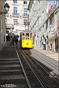 Ascensor da Bica car No.1 awaits its next run down the Rua da Bica de Duarte Belo at 1405 on 13/11/2017.